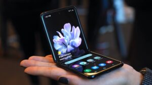 De-ce-se-supraincalzeste-Samsung-Galaxy-Z-Flip-3